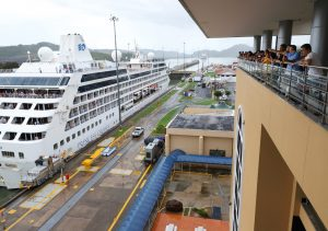 Cruceros en las esclusas de Miraflores